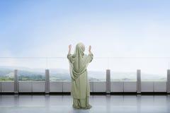 Vista posterior del niño musulmán asiático que aumenta la mano y que ruega Fotografía de archivo libre de regalías