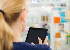 Vista posterior del químico Using Digital Tablet Foto de archivo libre de regalías