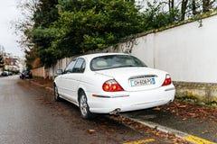 Vista posterior del S-tipo de lujo blanco de Jaguar fotografía de archivo libre de regalías