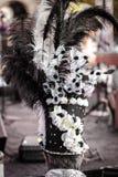 Vista posterior del sombrero de copa del hombre o del sombrero del cilindro que lleva adornado con las plumas durante un festival foto de archivo
