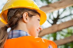 Vista posterior del trabajador de construcción de sexo femenino foto de archivo libre de regalías