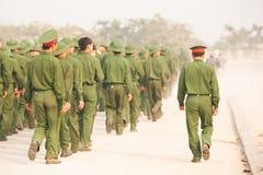 Vista posterior, grupo de soldado vietnamita joven que camina en la calle durante el programa de la visita al sitio de academias  fotografía de archivo libre de regalías
