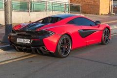 Vista posterior roja de McLaren 570S fotos de archivo