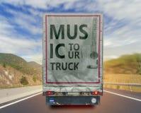 Vista posteriore del contenitore di trasporto del carico del camion di giro di musica sulla strada Fotografia Stock