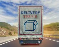 Vista posteriore del contenitore di trasporto del carico di consegna del camion sulla strada Immagini Stock Libere da Diritti