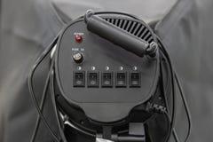 Vista posteriore del riflettore nero o della luce continua con l'interruttore on-off, il cavo ed il fusibile immagini stock libere da diritti