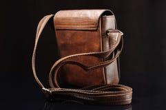 Vista posteriore della borsa a tracolla sui precedenti neri Fotografie Stock Libere da Diritti