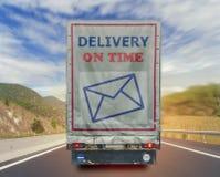 Vista posteriore della consegna del camion sul contenitore di trasporto di tempo sulla strada Immagini Stock Libere da Diritti