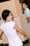 Vista posteriore delle scatole di cartone di trasporto della donna Immagini Stock