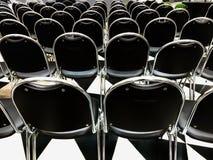 Vista posteriore delle sedie nere nella fila fotografia stock libera da diritti
