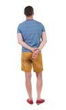 Vista posteriore di giovane sguardo di shorts del manin Fotografia Stock