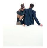 Vista posteriore di indicare il gruppo di affari con il tabellone per le affissioni vuoto. Fotografia Stock Libera da Diritti