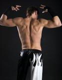 Vista posteriore di levarsi in piedi giovane uomo adulto Immagini Stock