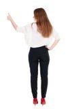 Vista posteriore di stare la giovane donna di affari della testarossa che mostra pollice Immagine Stock Libera da Diritti