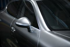 Vista posteriore di un'automobile metallica grigia di lusso moderna, dettaglio automatico, concetto di cura di automobile nel gar immagini stock