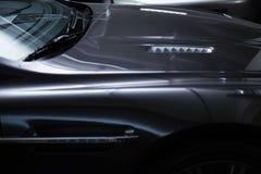 Vista posteriore di un'automobile metallica grigia di lusso moderna, dettaglio automatico, concetto di cura di automobile nel gar fotografia stock