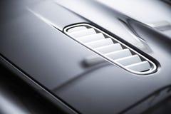 Vista posteriore di un'automobile metallica grigia di lusso moderna, dettaglio automatico, concetto di cura di automobile nel gar fotografia stock libera da diritti