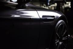 Vista posteriore di un'automobile metallica nera grigia di lusso moderna, dettaglio automatico, concetto di cura di automobile ne fotografia stock