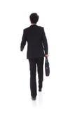 Vista posteriore di una camminata dell'uomo di affari immagini stock libere da diritti