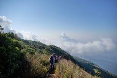 Vista posteriore, gruppo di viaggiatore che cammina sulla montagna, trekking sul Kew Mae Pan, parco nazionale di Inthanon fotografia stock