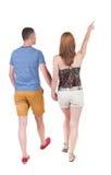 Vista posteriore indicare di giovane di camminata delle coppie (uomo e donna) Fotografie Stock Libere da Diritti