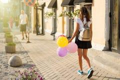 Vista posteriore Studente della High School dell'adolescente della ragazza con i palloni Fotografie Stock Libere da Diritti