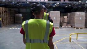 Vista posteriore sul lavoratore maschio in maglia gialla che cammina nella funzione industriale clip Colpo seguente dell'industri video d archivio