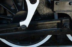Vista potata della ruota, sokes, ingranaggi sul motore antico del treno a vapore Immagini Stock