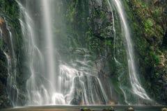 Vista próxima da cachoeira e da rocha musgoso Imagens de Stock