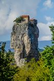 Vista próxima da coluna da coluna de Katskhi com céu azul e nuvens acima foto de stock royalty free