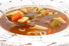 Vista próxima da sopa do vegetal e da massa imagens de stock