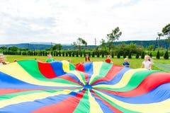 Vista próxima de listras coloridas em um paraquedas do arco-íris foto de stock