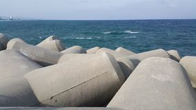 Vista próxima de pedras tetrapod na costa de mar para impedir o ersosion litoral foto de stock