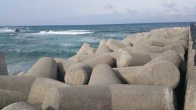 Vista próxima de pedras tetrapod na costa de mar para impedir o ersosion litoral imagem de stock