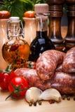 Vista próxima de salsichas grossas da carne de porco crua na placa de corte Fotografia de Stock Royalty Free