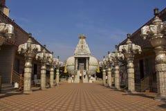 Vista próxima de Shree Shankheshwar Parshnath Tirth - templo Jain de Kalash, plaza de pedágio de Somatane, Pune fotos de stock royalty free