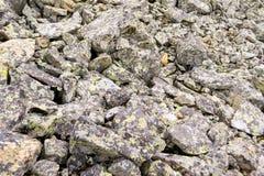 Vista próxima de um grande número pedras do cinza caídas do moun imagem de stock