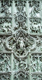 Vista próxima de uma das portas bonitas da catedral de Milão Imagens de Stock Royalty Free