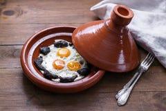 Vista próxima do ovo frito e da carne no prato do tajine, prato marroquino tradicional fotos de stock
