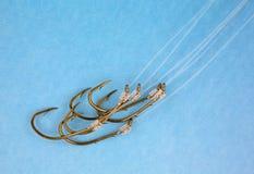 Vista próxima dos ganchos de peixes nos líderes de nylon Imagens de Stock
