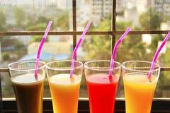 A vista próxima dos vidros encheu-se com os sucos de fruto do sapota, manga, melancia, muskmelon fotos de stock