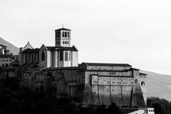 Vista próxima, lateral da igreja papal de St Francis em Assisi, Úmbria, foto de stock