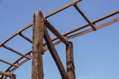 Vista próxima na construção de um grande roller coaster de madeira imagem de stock