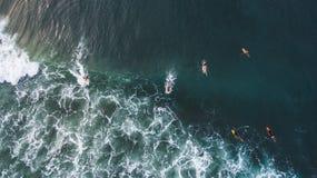 Vista praticante il surfing aerea fotografia stock libera da diritti