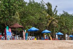 Vista praticante il surfing delle tende della spiaggia di Kuta, isola di Bali Fotografia Stock Libera da Diritti