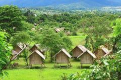 Vista preciosa de las casas de planta baja verdes de las palmeras - centro turístico Himalayan Tailandia Pai Fotografía de archivo