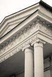 Vista preto e branco de um par colunas Preto vertical e Fotografia de Stock