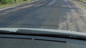 Vista in prima persona di cattivo traffico della strada asfaltata strada molto cattiva all'aperto stock footage