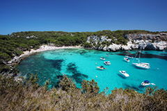 Vista principal de la playa de Macarella, uno de los puntos más hermosos de Menorca, Balearic Island, España Imágenes de archivo libres de regalías