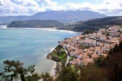 Vista principal del pueblo de Lastres, encendido de los puntos más hermosos de la región de Asturias imagen de archivo